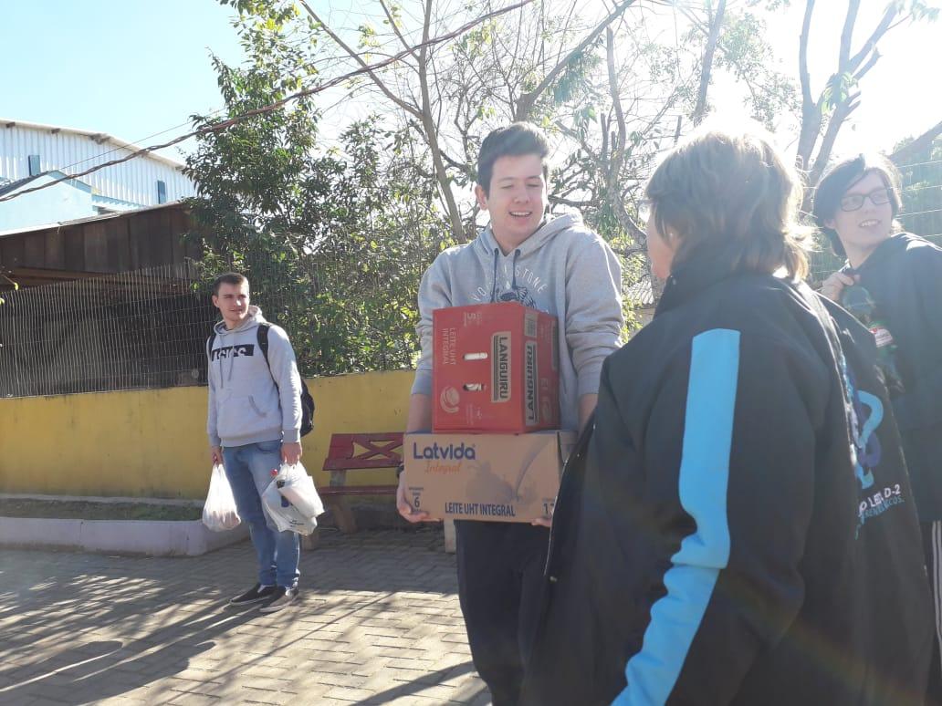 SOCIALIZAÇÃO: LEO Clube Igrejinha faz doação de caixas de leite para 3 entidades