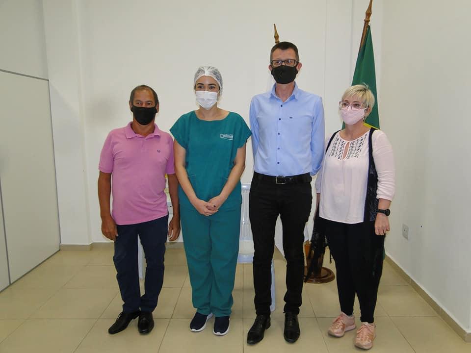 """Enfermeira e voluntária da Oktoberfest foi a primeira vacinada contra a Covid em Igrejinha: """"uma recarga de energia para continuar"""""""