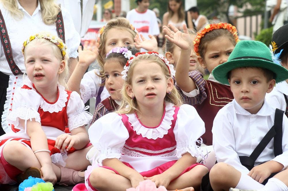 Parque repleto de alegria no Kindertag
