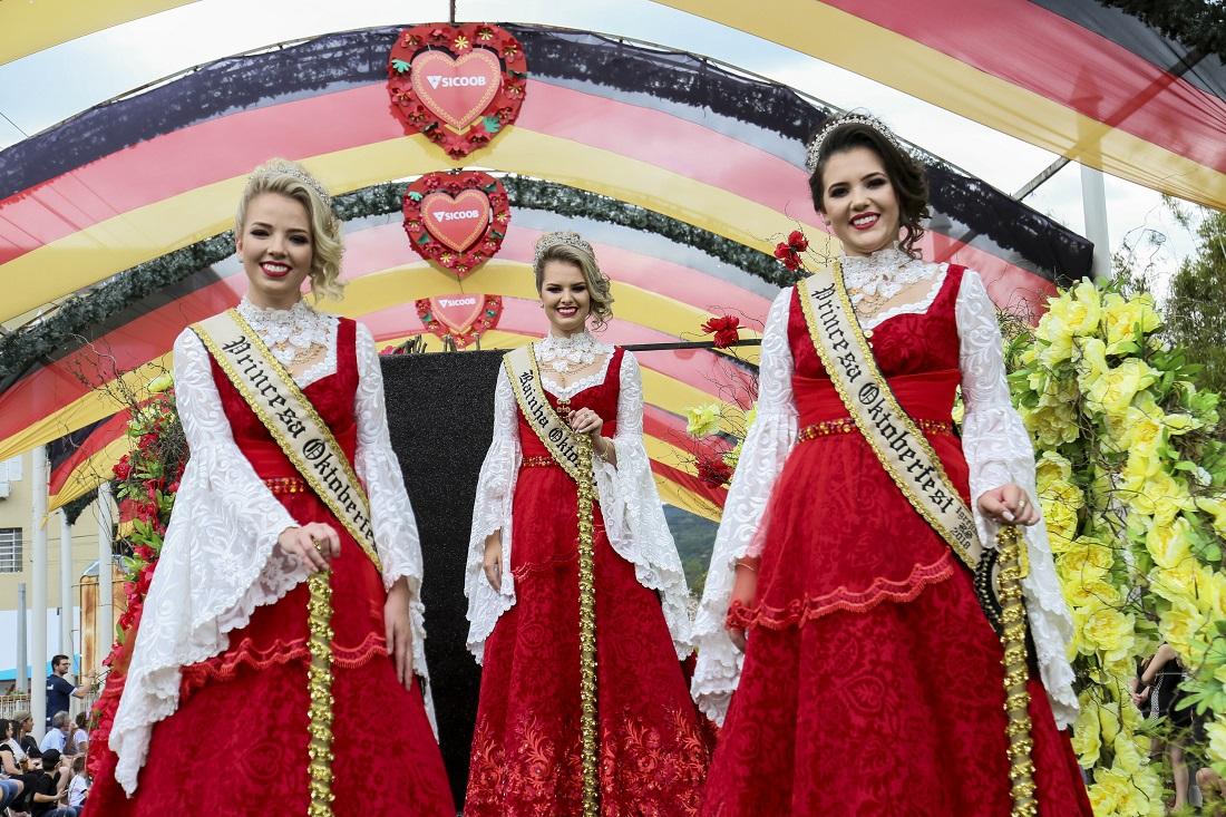 Oktoberfest de Igrejinha inicia com desfile, solenidade de abertura e show animado