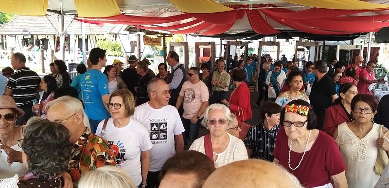 32ª Oktoberfest de Igrejinha recebe 13 mil visitantes em dia dedicado a 3ª idade