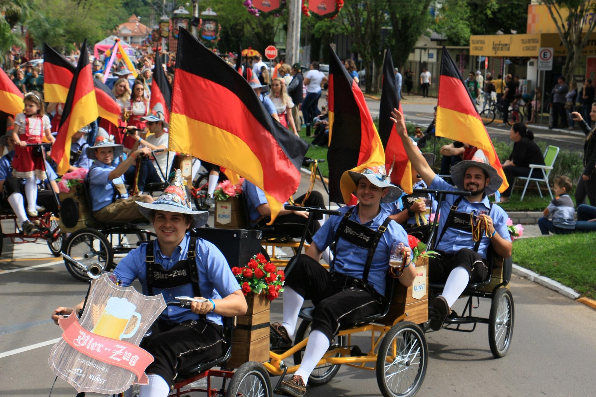 Desfile Oficial é a primeira atração na  programação