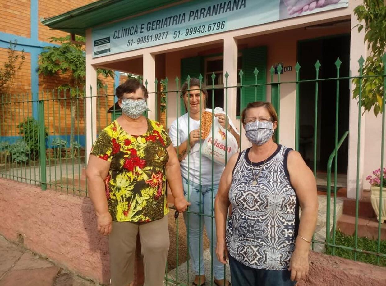 Vitrine do Bem: Oase arrecada roupas e alimentos e produz máscaras