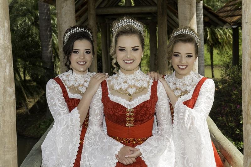 Traje oficial das Soberanas representa o amor com beleza e vibração
